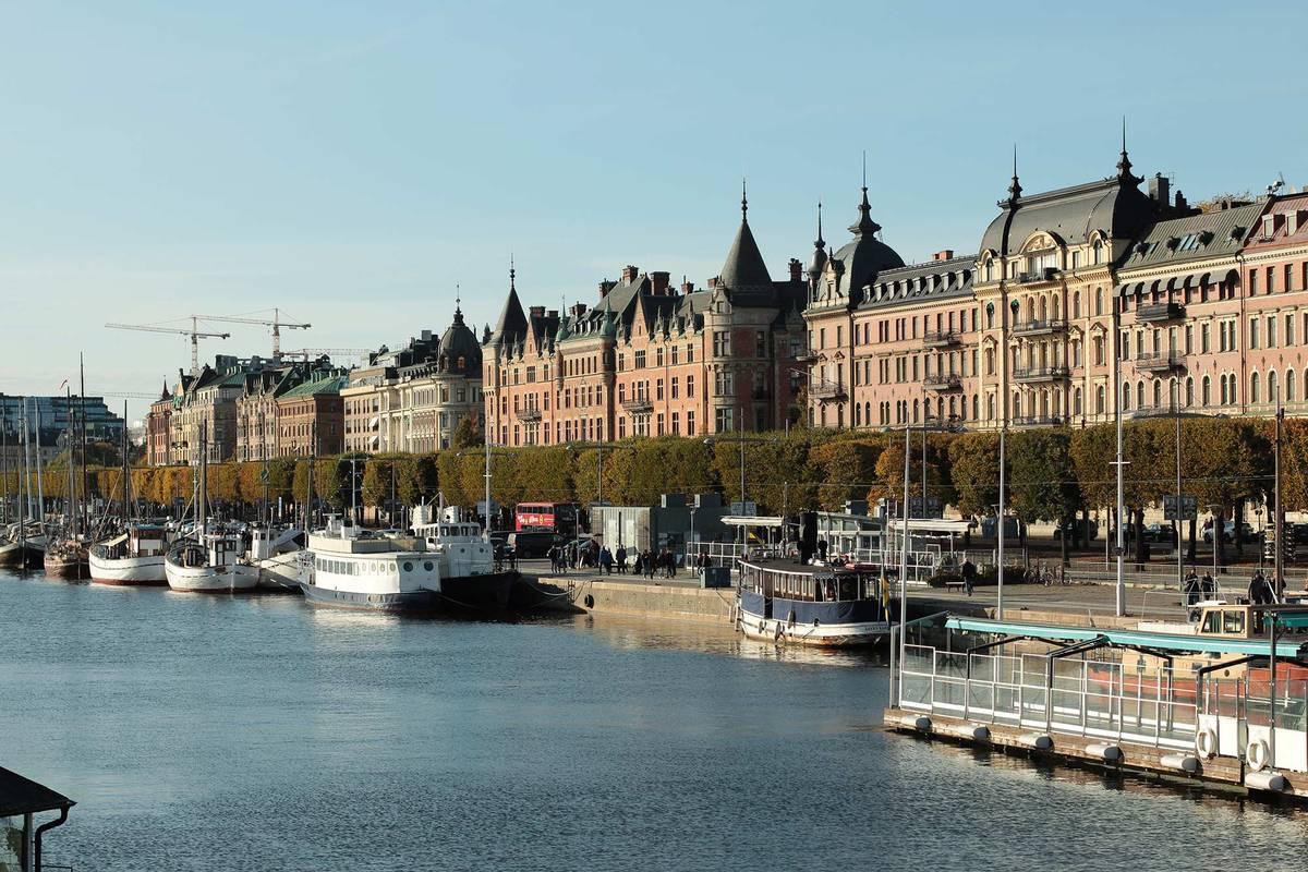 Вид с моста, соединяющего остров Юргорден и район Эстермальм в Стокгольме. В этих домах — одни из самых дорогих квартир в городе