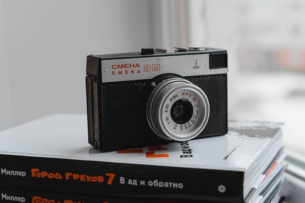 «Смена-8М» — хорошая альтернатива мыльницам. Самый массовый фотоаппарат, выпущенный в СССР. Плюс на нем можно делать двойную экспозицию — снимать на один и тотже участок пленки дважды