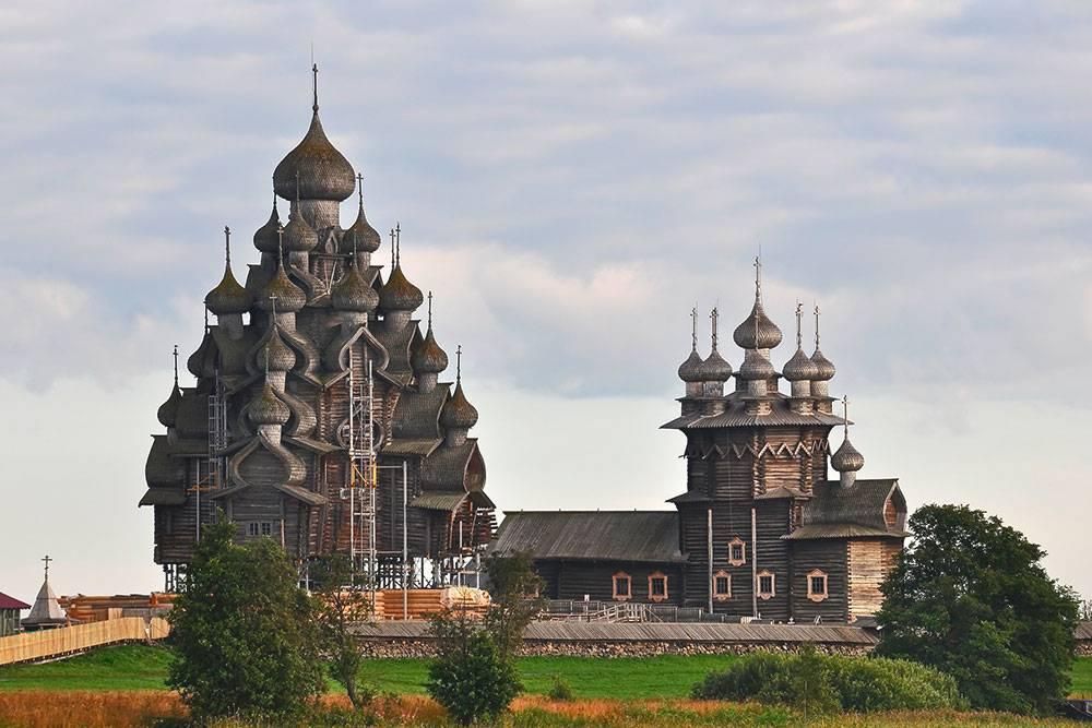 Церковь Преображения Господня — на фото слева. Когда реставрировали ее фундамент, издалека казалось, что церковь парит в воздухе