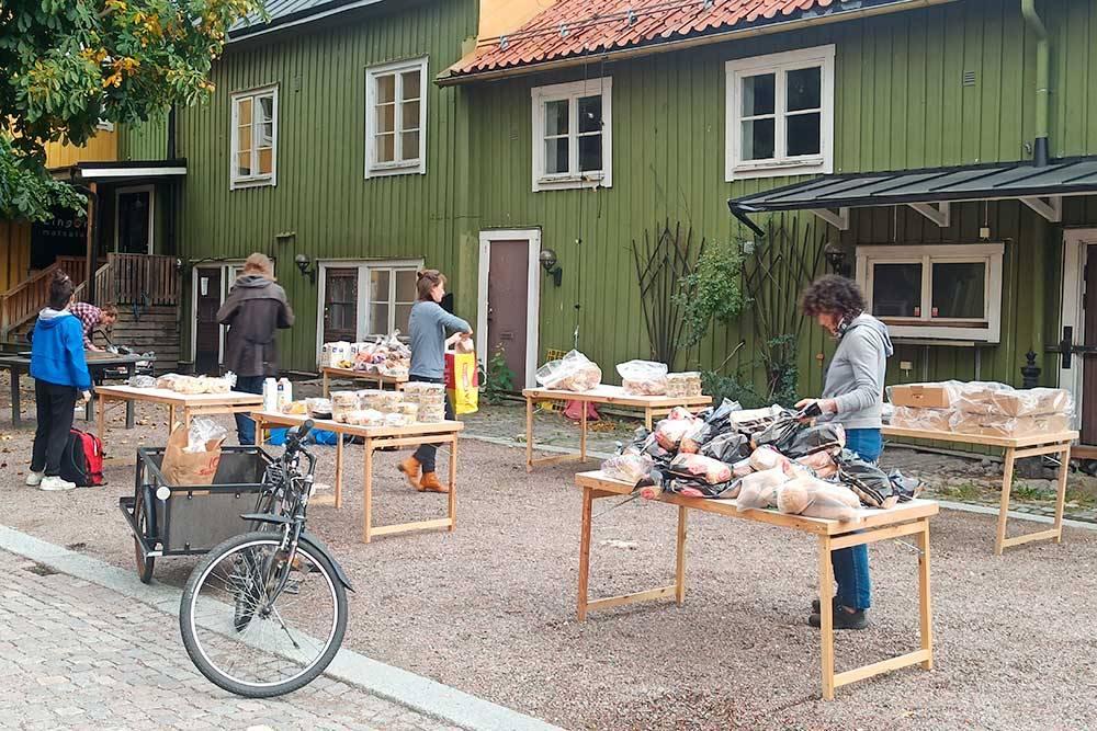 Вот так выглядела раздача еды. Волонтеры привозят ее на велосипедах, потом раскладывают на столах и регулируют очередь. Взять можно столько, сколько тебе нужно. Главное, чтобы еда не пропала