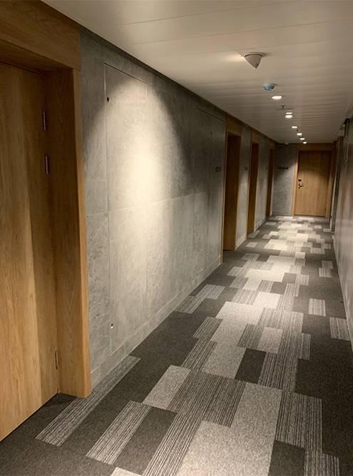 Ковролин в коридорах — идеальное решение: шаги за дверью не слышны, как будто вы живете один на этаже