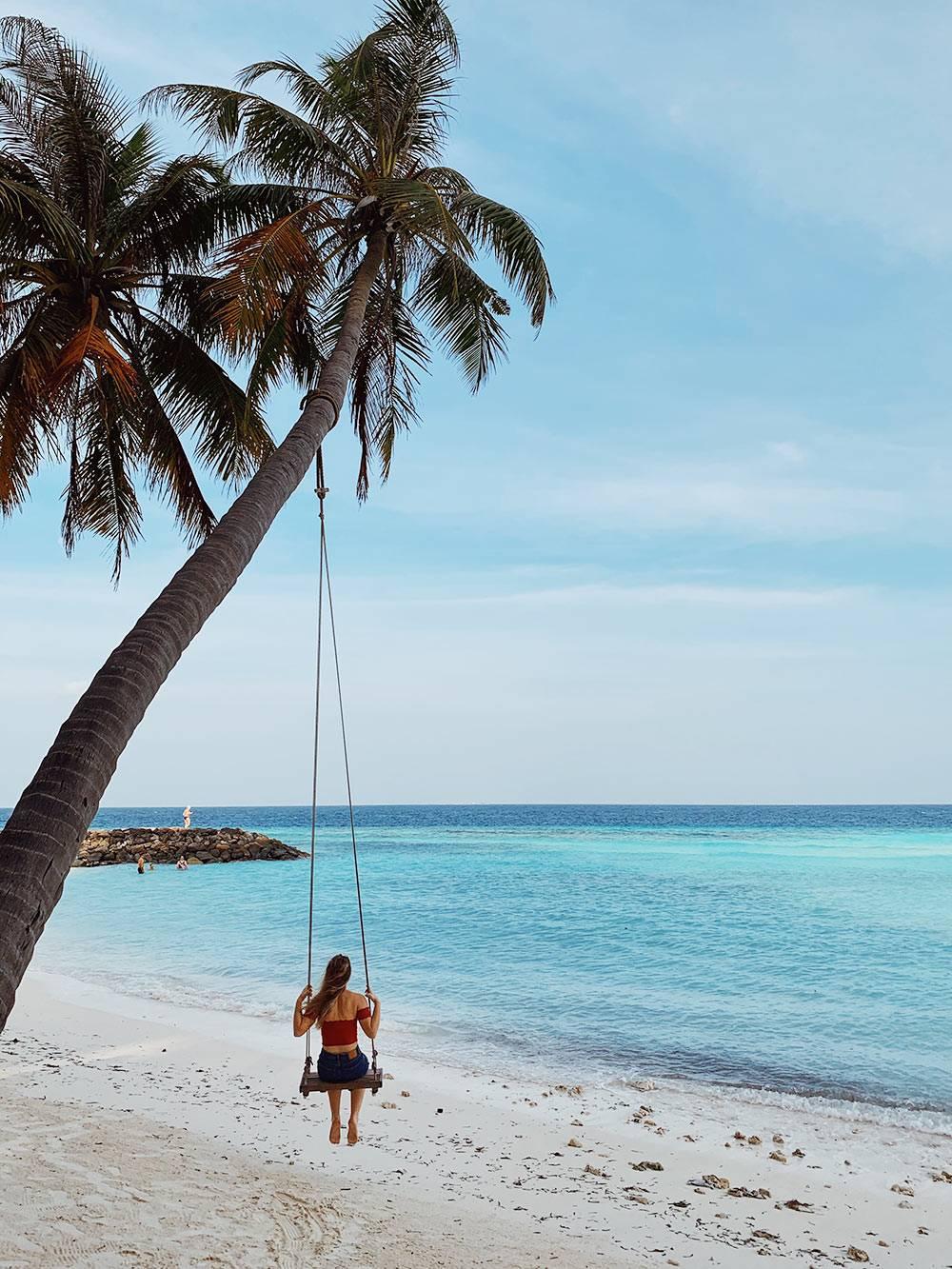 Я проснулась в 7 утра, чтобы покататься на этих качелях на пляже Бикини-бич на острове Маафуши. После завтрака к ним выстраивается очередь