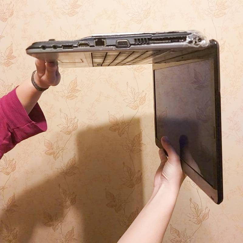 Держите ноутбук параллельно полу