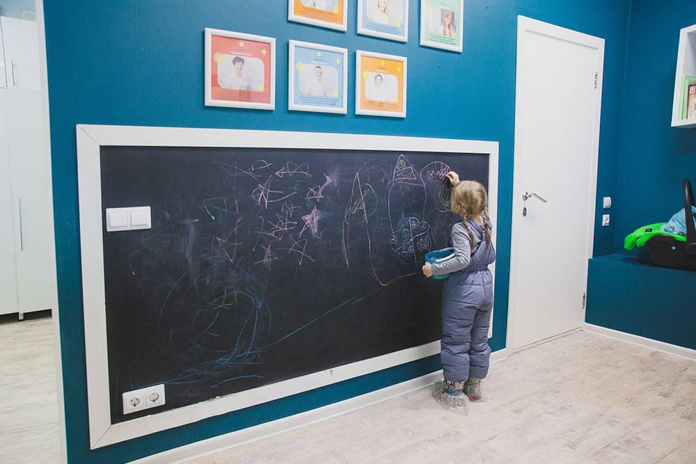 Место в коридоре тоже не пропадает — такая доска с цветными мелками способна увлечь ребенка минут на 20