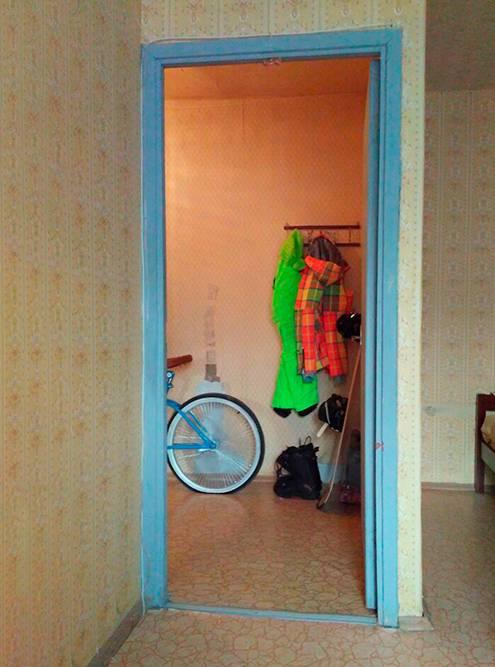 Вход в комнату из прихожей. Пространство используется бестолково: в углу можно устроить большую систему дляхранения вещей, но дверь не позволяет это сделать