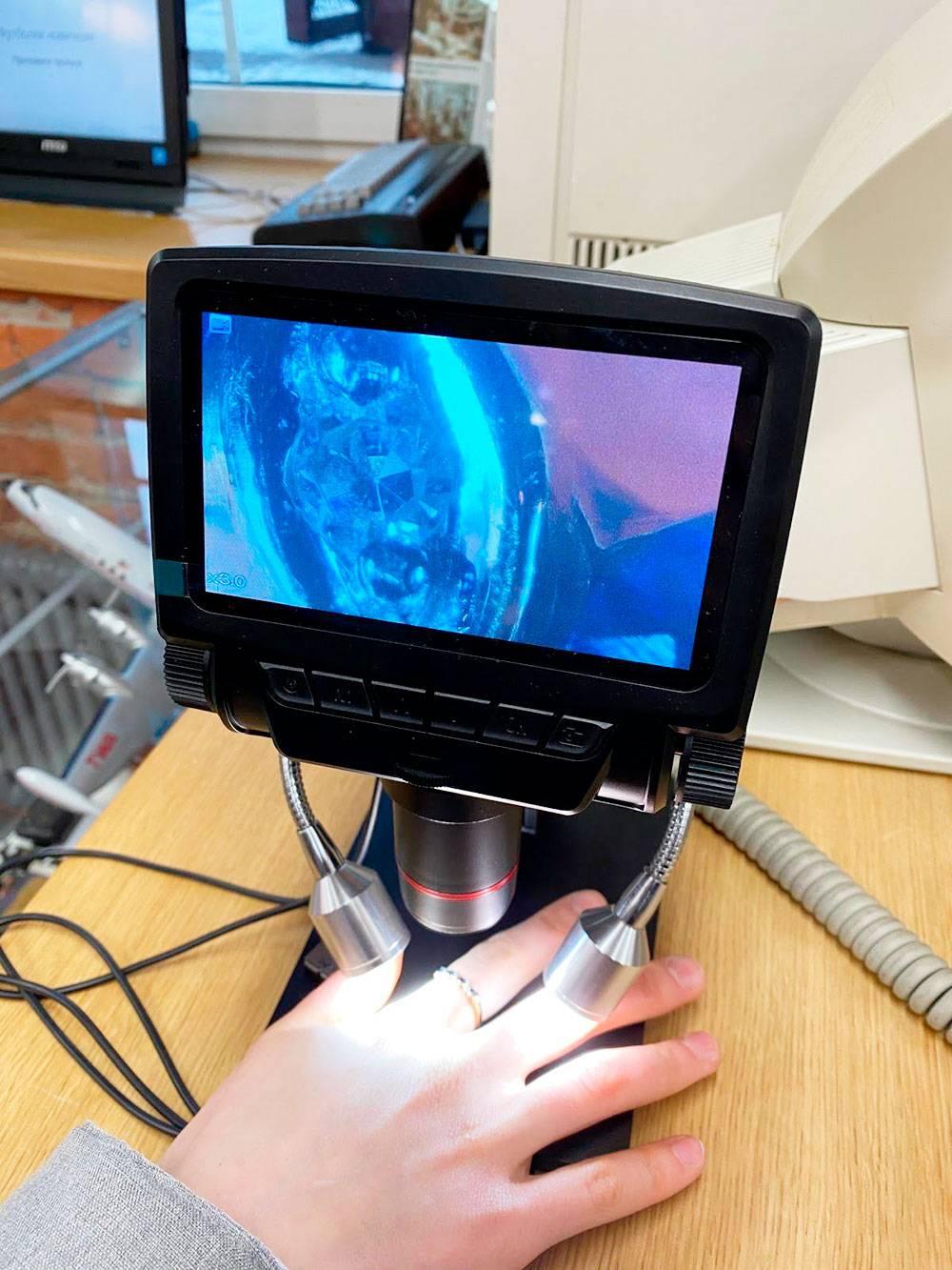 Обнаружили микроскоп. Рассмотрели все: волосы, кожу, кольцо, одежду. Очень увлекательно!