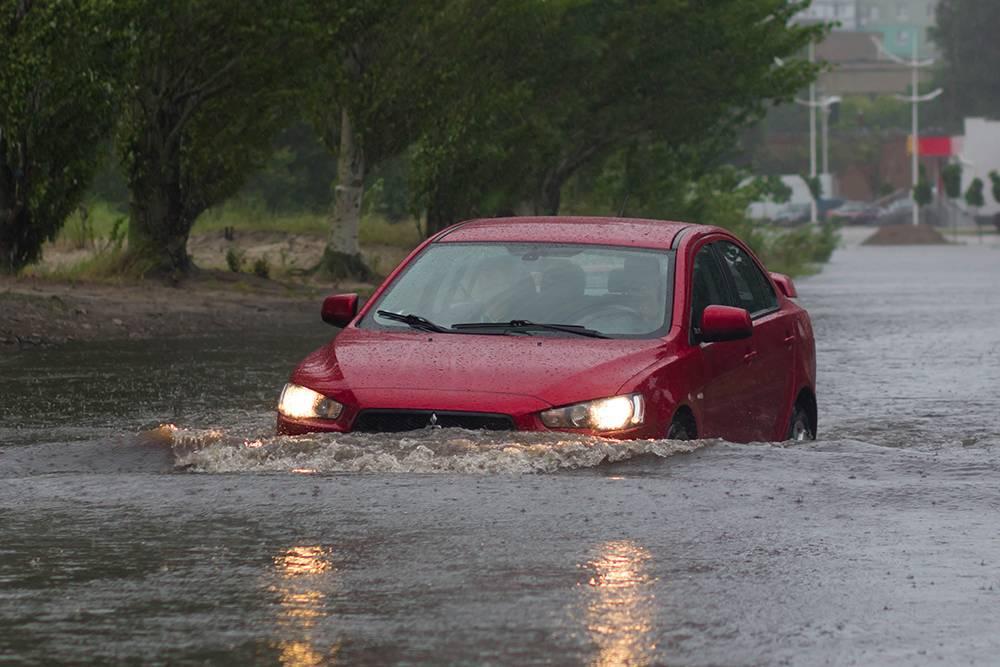 Уровень воды слишком высокий. Если вы видите подобную картину, но вода подвашим автомобилем еще не достигла выхлопной трубы, постарайтесь вернуться на возвышенность. Источник: Scherbinator / Shutterstock