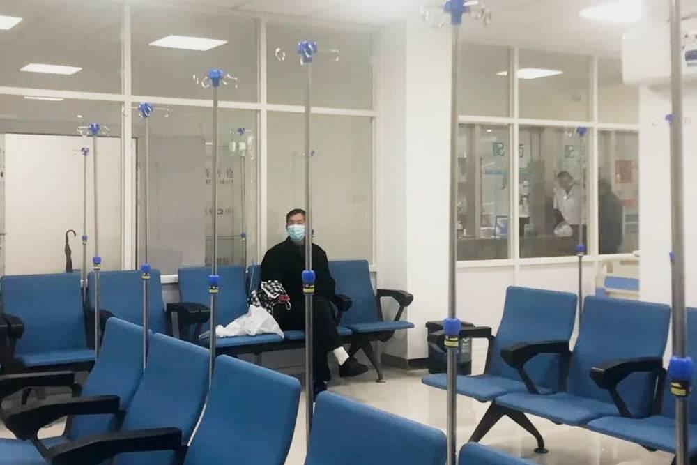 Меня очень позабавил этот зал в местном госпитале. Там сидят и общаются люди, которым поставили капельницу