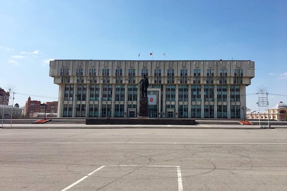 А особенно — по сравнению со зданием администрации Тульской области напротив