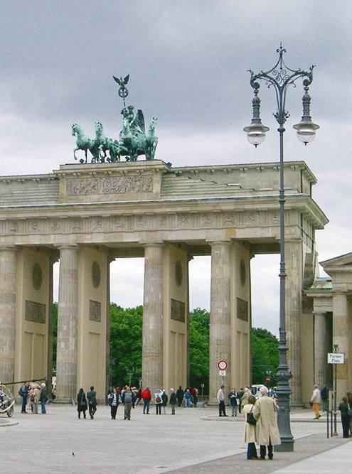 Бранденбургские ворота построили в конце 18 века и назвали Воротами мира