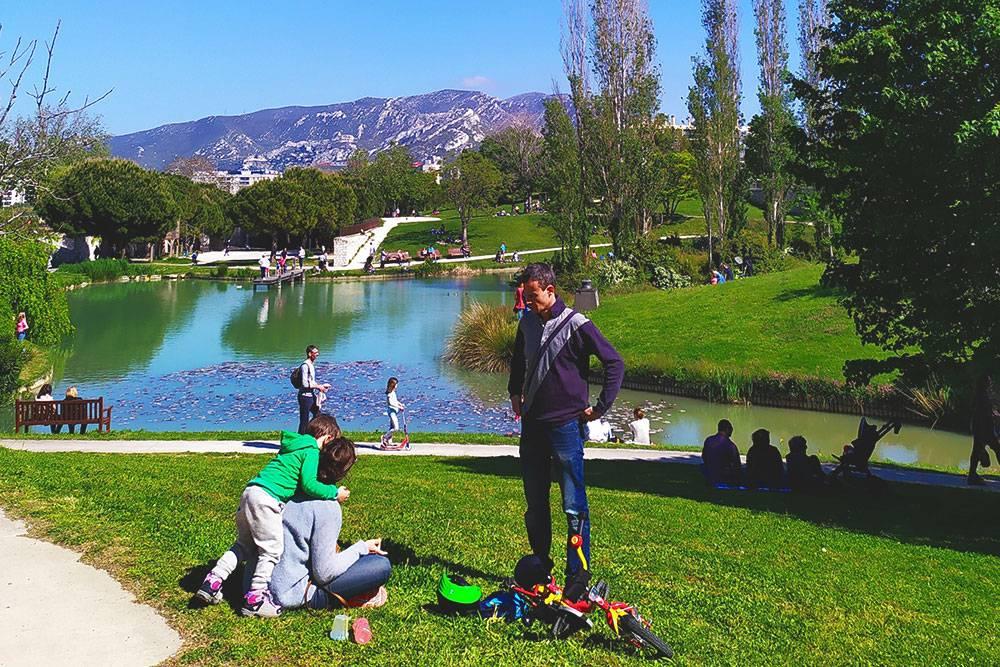 Городских парков мало, но они есть. В выходные там полно народу. Люди просто сидят и расслабляются, а также, конечно же, едят