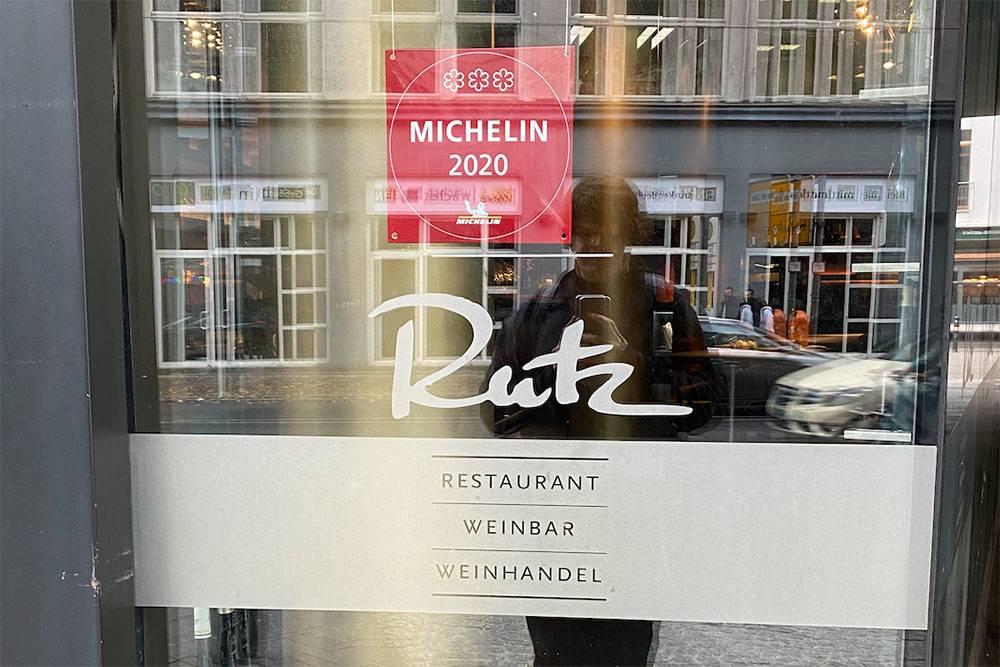 Табличку созвездами берлинский Rutz повесил надвери. Так делают идругие рестораны