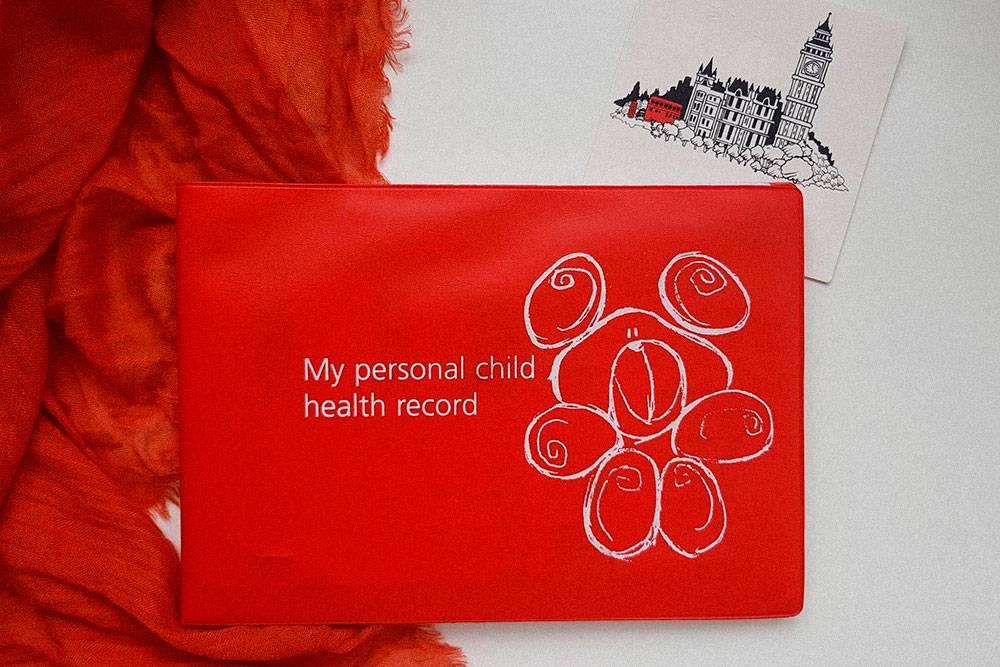 Так выглядят «красная книга» — карта здоровья ребенка