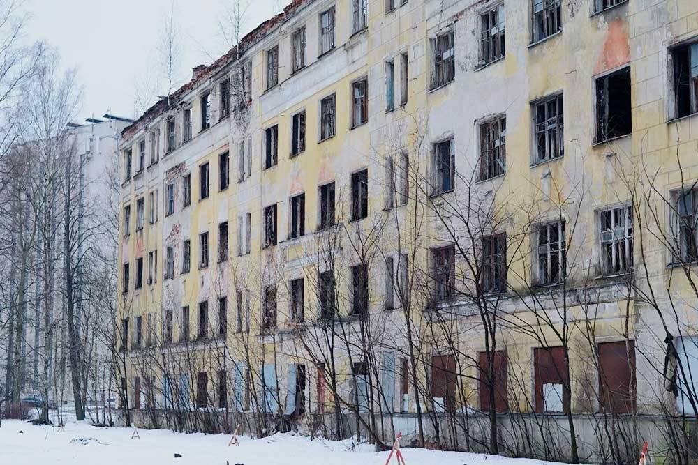 Заброшенный дом в Санкт-Петербурге. Находится в границах квартала55 Тихорецкого проспекта, включенного в городскую программу развития застроенных территорий