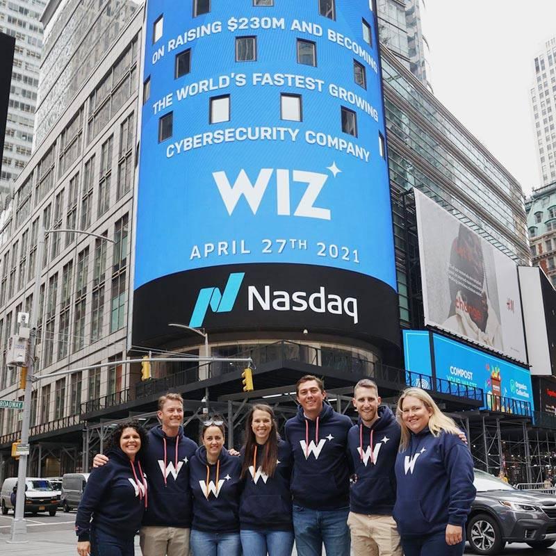 Команда Wiz возле башни Nasdaq в Нью-Йорке. Апрель 2021года. Источник: Linkedin Wiz