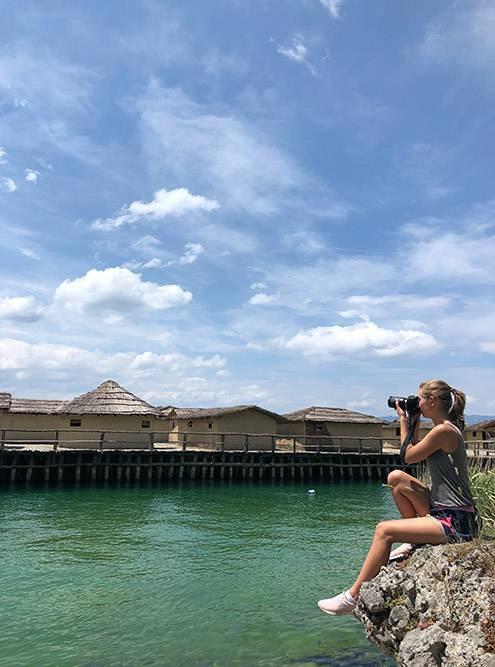 Фотографирую музей на воде с берега озера