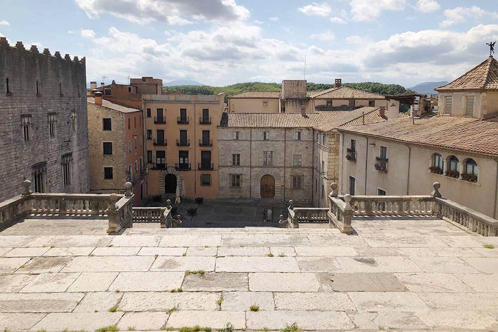 Лестница, спускающаяся от кафедрального собора