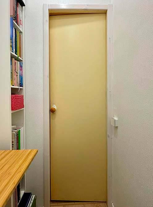 А таким я вижу кабинет со своего рабочего места. Мы не поменяли только дверь