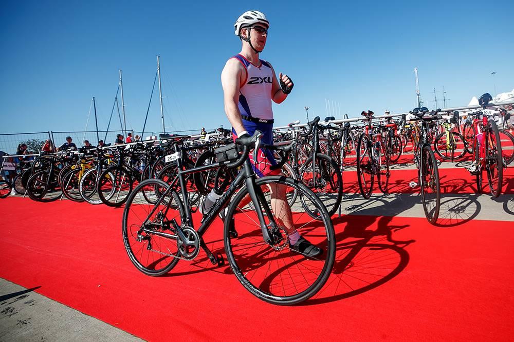 Муж выбрал велосипед Format 2222 (2017). Это онвтранзитной зоне, гдеперед соревнованиями размещаются всевелосипеды. Оттуда их забирают спортсмены после плавательного этапа