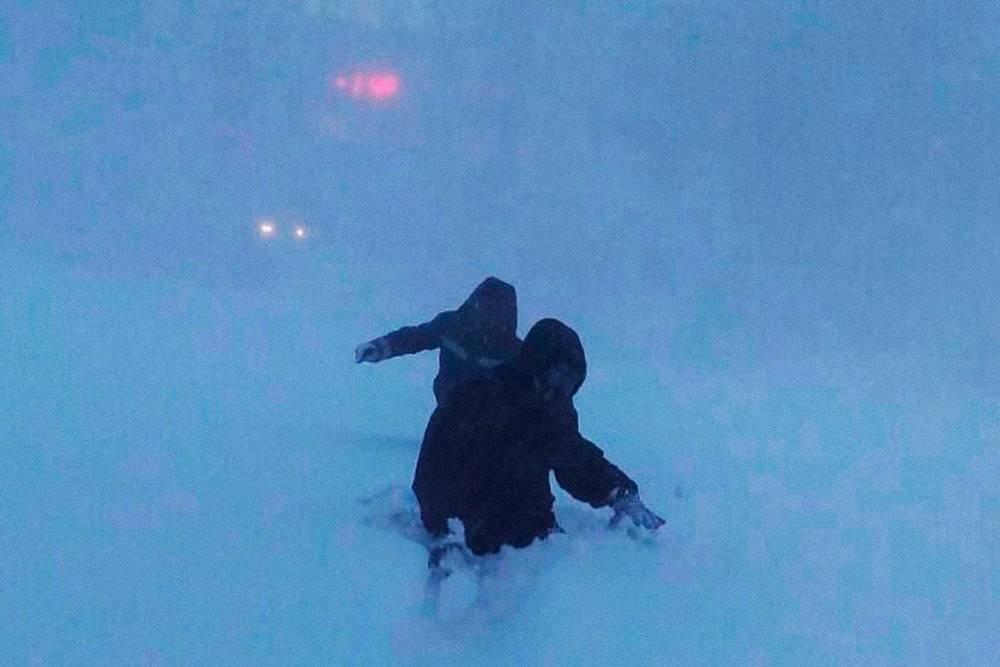 Это фото моя подруга сделала зимой 2017года. Это дорога отглавного входа ТЭЦ-3 кКПП. Людям пришлось двое суток сидеть наработе из-за сильной пурги. Засутки намело больше метра снега