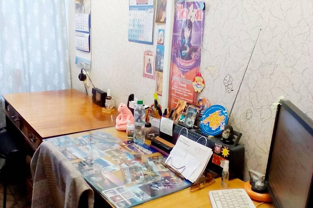 Мой стол — справа)) Я люблю всякие игрушечки, фенечки, напоминалки-склеротички. У соседкиже ничего лишнего!
