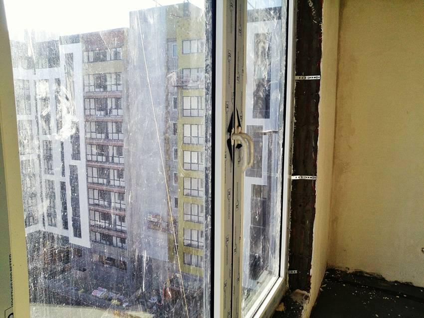 Недочет: стекло поцарапано и заляпано грязью