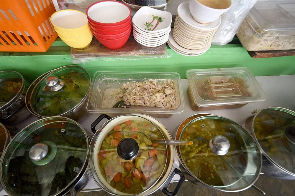 Различные блюда в уличном кафе в Давао. Посередине — вареный джекфрут и овощной карри