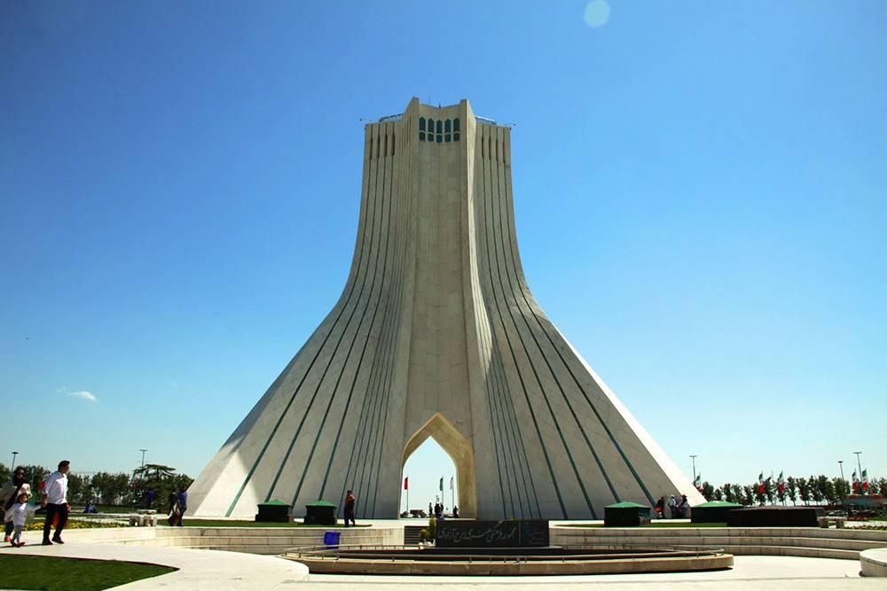 Башня Азади достигает 45метров в высоту