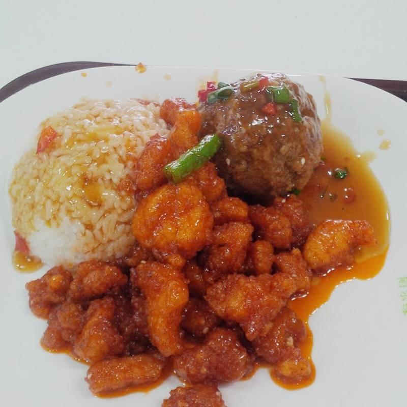 Это наша еда из столовой: рис стоил 2¥ (около 20<span class=ruble>Р</span>), фрикаделька и курица в кисло-сладком соусе — по 5¥ (около 50<span class=ruble>Р</span>). Без риса обед не продавали, но зато вода бесплатная. Вкусно: похоже на блюда, которые подают в наших китайских ресторанах