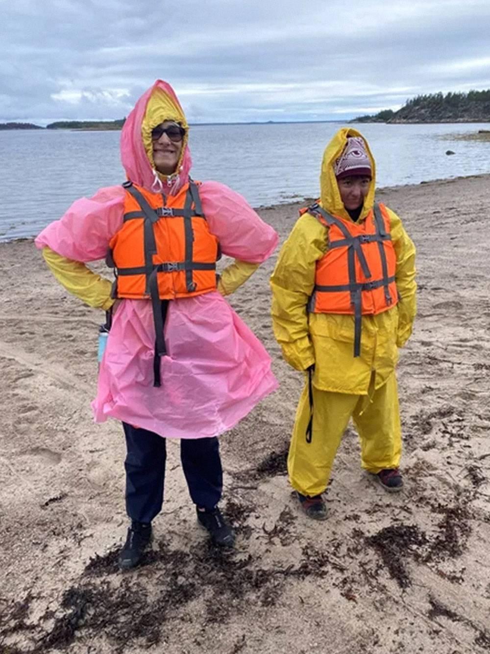Так одет водный турист в непогоду: побольше теплых вещей и на них — непромокайка. На ногах обязательно неопреновые носки. Нашу парочку прозвали Патрик и Спанч Боб