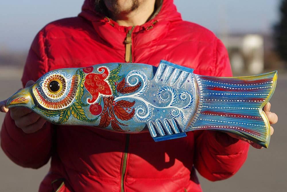 Эта рыба воссоздана по старинным рисункам, которые нашли в отдаленной вологодской деревне у местных жителей. Она иллюстрирует времена года, сменяющие друг друга: весну, лето, осень и зиму