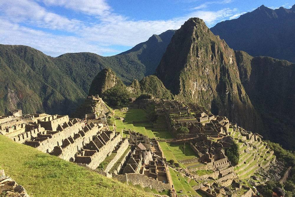 Мачу-Пикчу находится на высоте 2450 метров над уровнем моря. Отвесная скала за руинами города — Уайна-Пикчу, туда любят подниматься туристы