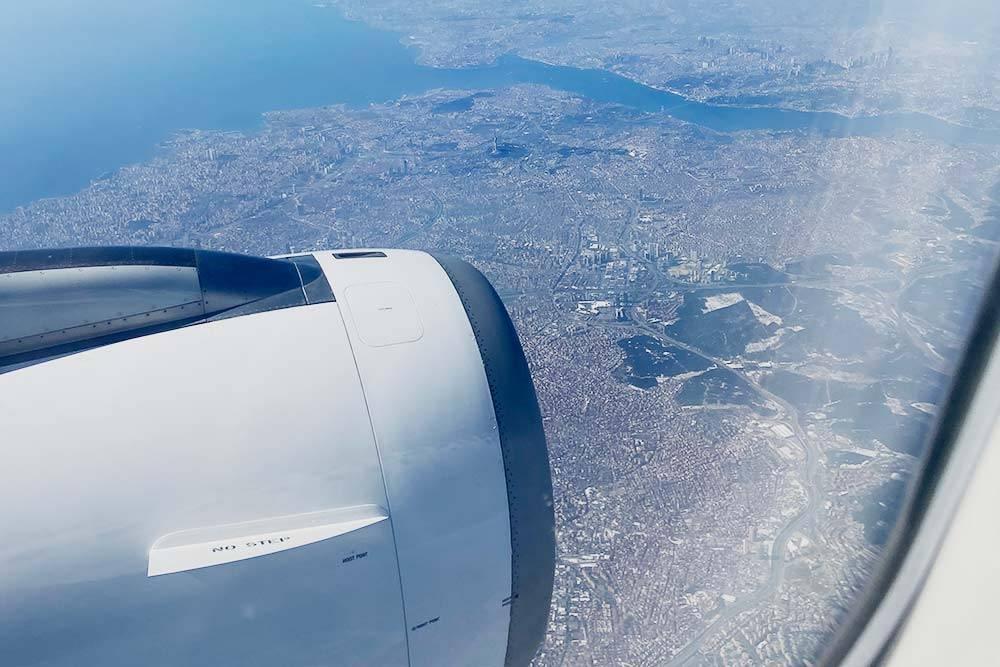 Наш самолет подлетает к Стамбулу. Вдали виден залив Золотой Рог