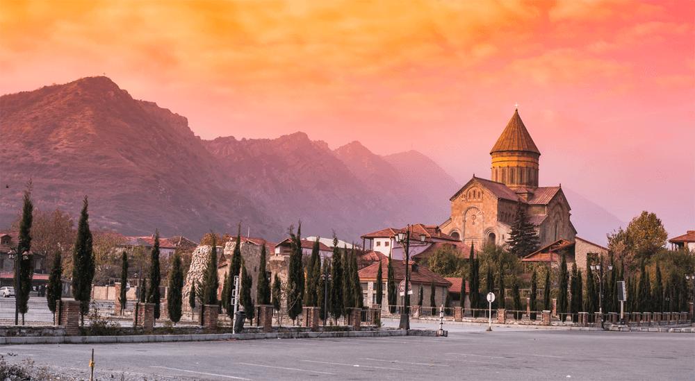 Древняя столица Мцхета находится совсем недалеко от современного центра Грузии — Тбилиси. Эти города — исторические памятники, в которых каждое здание и каждая улица таит целую историю
