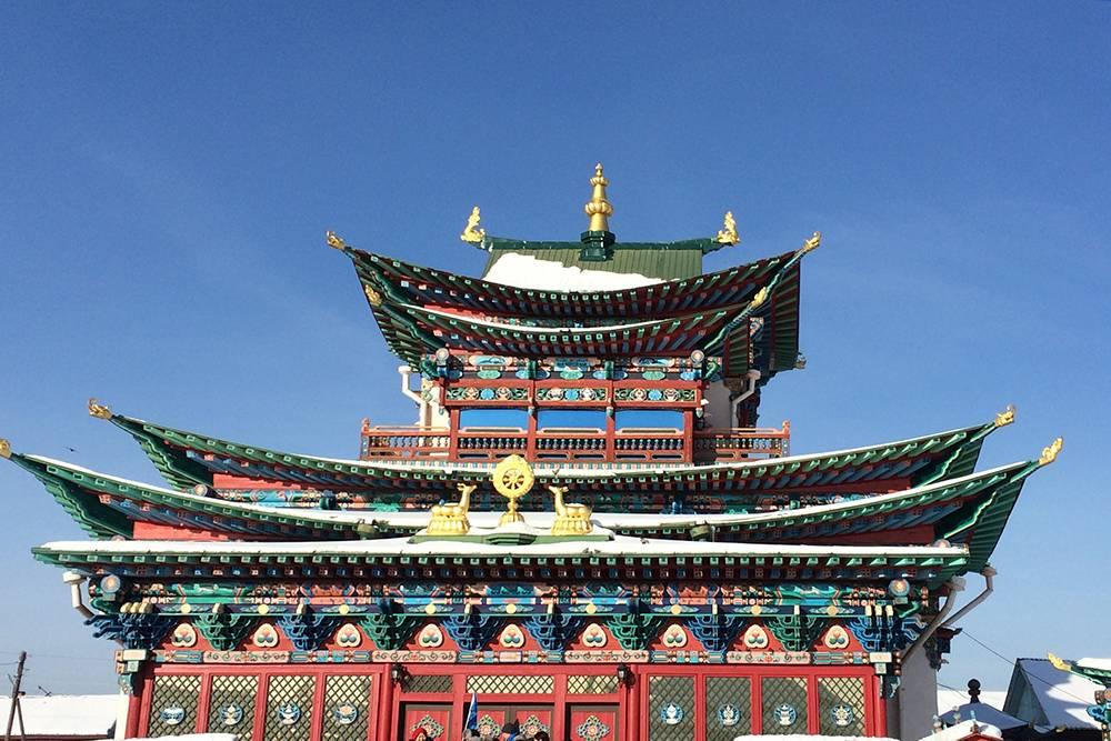 Главный храм Иволгинского дацана — Согчен-дуган. В нем находится нетленное тело Хомбо-ламы Итигэлова. Я была там в 2015году и совершенно случайно его увидела. Он выглядит как мумия. Фотографировать ламу нельзя: это святыня