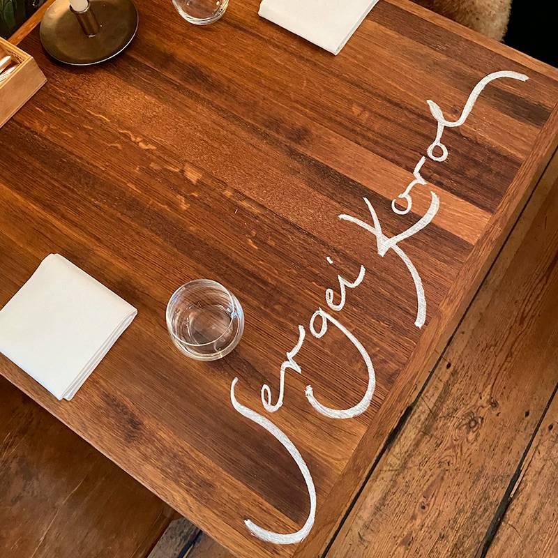 Берлинский ресторан TulusLotrek содной звездой подписывает имена гостей прямо настоле