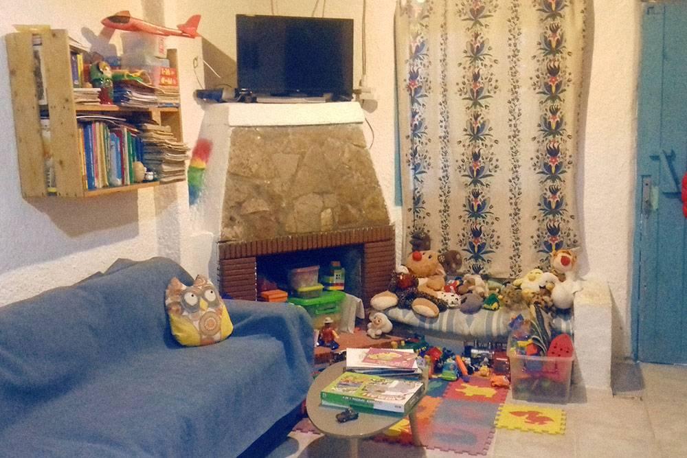Наш зал, или «салон» — как говорят в Греции. Прихожей в большинстве домов на Крите нет, поэтому дверь справа — это выход на улицу