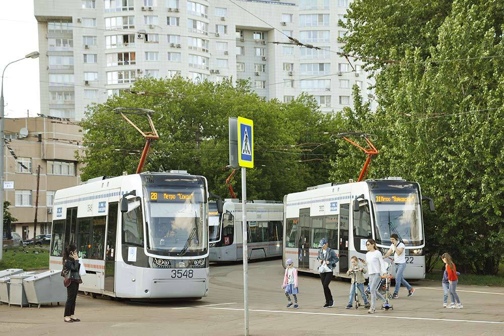 Трамваи, как и автобусы, новые и вместительные. А главное, тихие