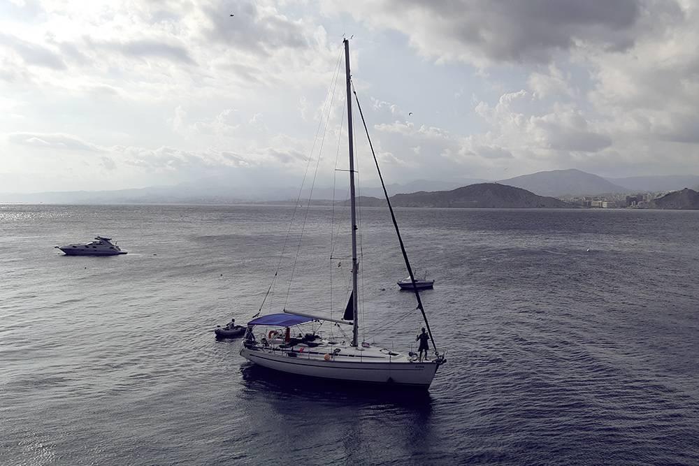 На такой яхте проходил наш тур. Маленькая резиновая лодка называется тузик