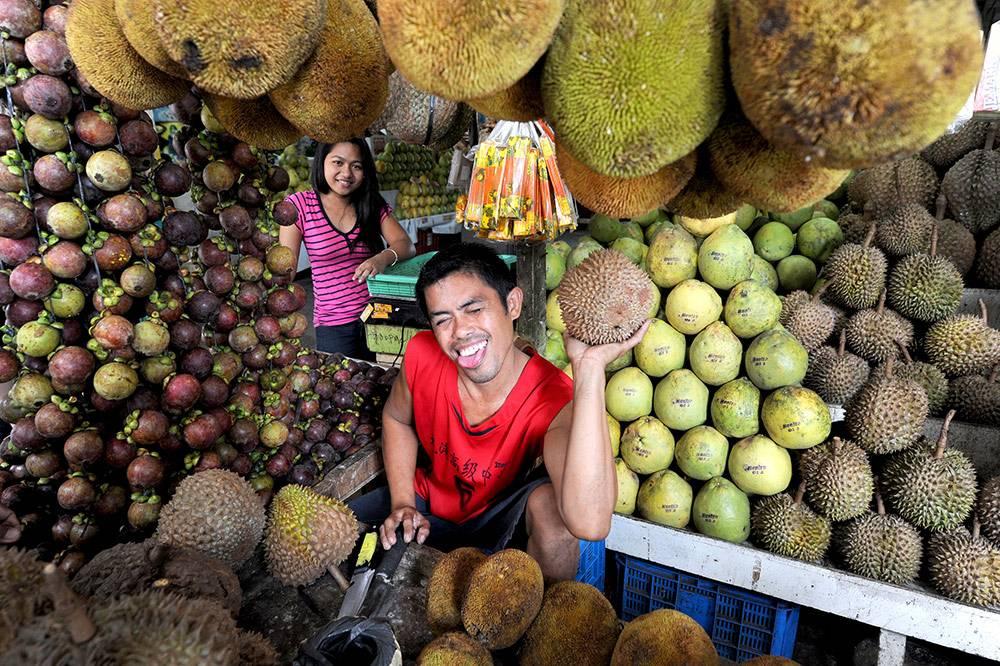 Фруктовая лавка на рынке в Давао. На фото — мангостины, дурианы, маранги, помело