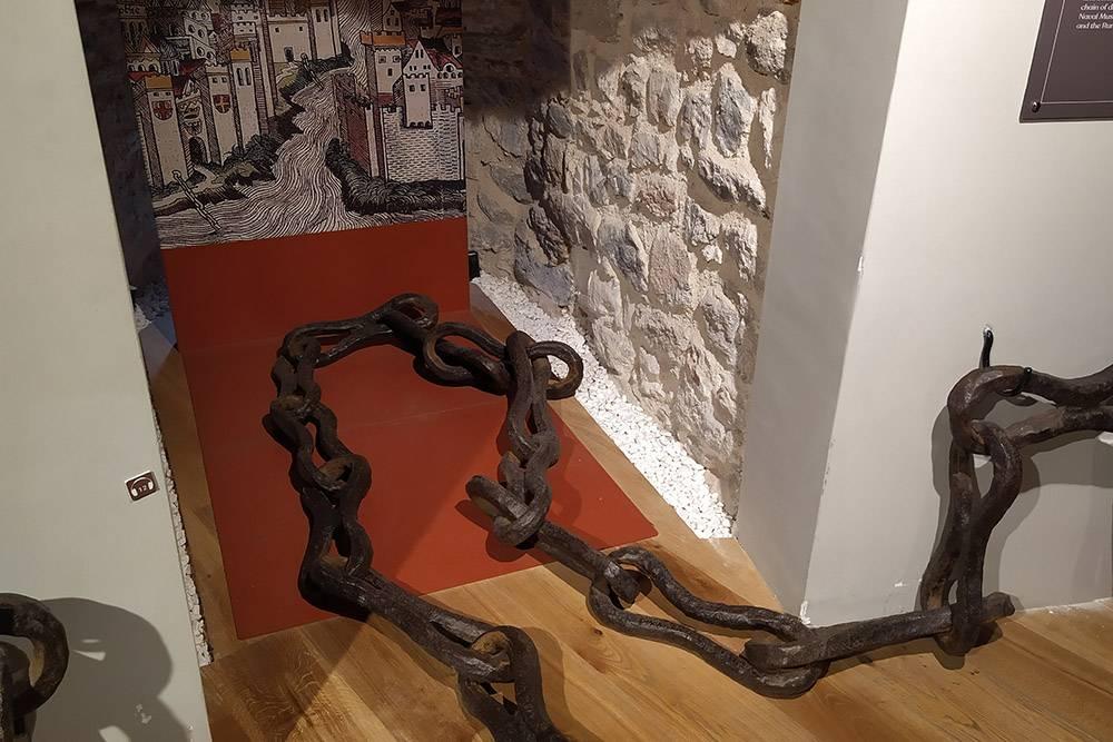 Один из экспонатов музея — кусок цепи, которой византийцы перекрывали Золотой Рог в случае вражеского набега. Другие ее звенья хранятся в Морском музее Стамбула, Военном музее и крепости Румели