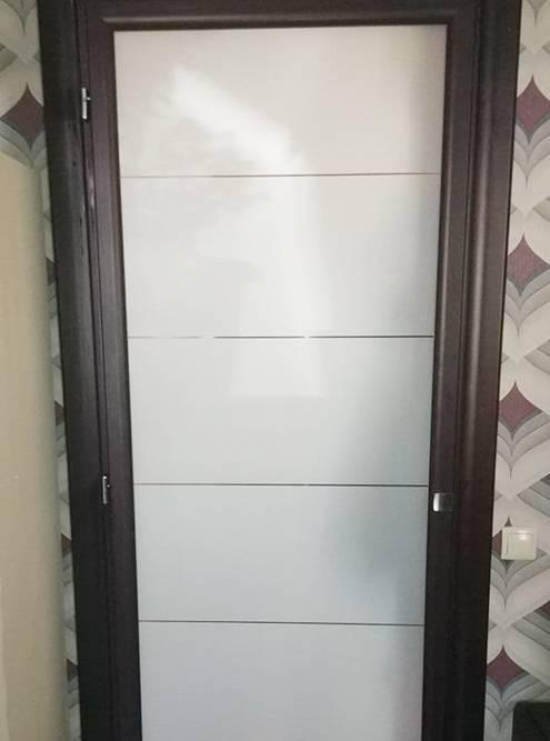 Стеклянная дверь из итальянского комплекта между кухней и прихожей. Вместо оригинальной ручки за 14 000<span class=ruble>Р</span> поставил простую мебельную за 50<span class=ruble>Р</span>. Защелка не работает, но дверь почти всегда открыта, так что это некритично