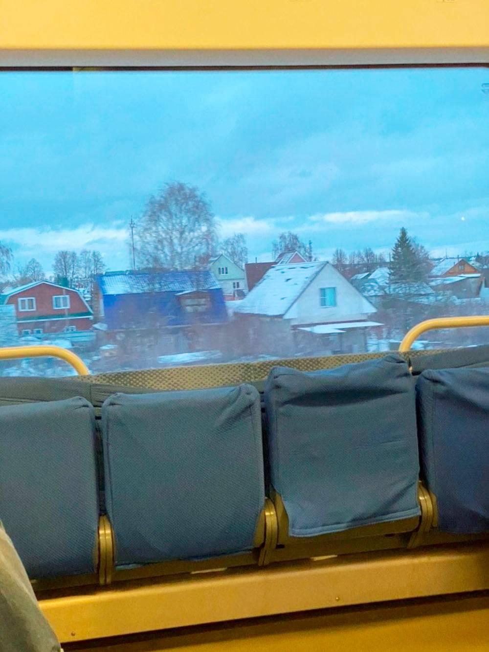 В поезде слушаю подкасты. Ехать четыре часа
