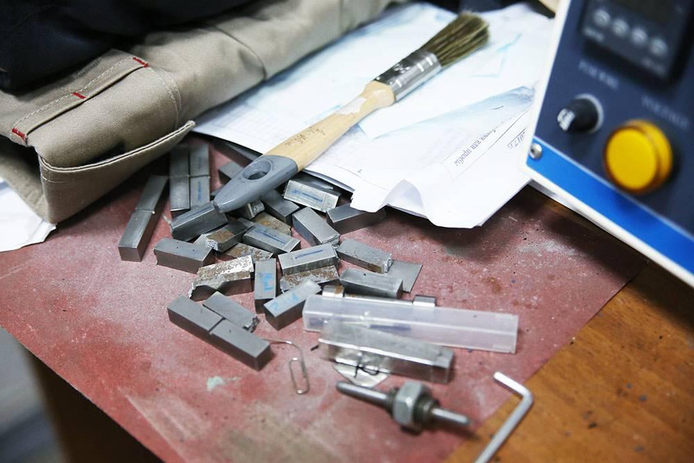 Разрушенные и целые образцы после испытаний