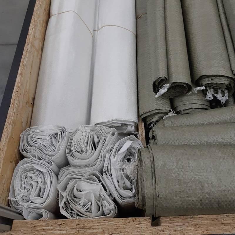 Длявыноса строймусора после демонтажа лучше выбирать белые: они задерживают пыль и грязь лучше, чем зеленые. Еще белые мешки прочнее — острые куски мусора не смогут легко их продырявить.