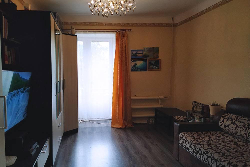 Так выглядит наша первая комната. Кроме ламината мы заменили отопление и люстру