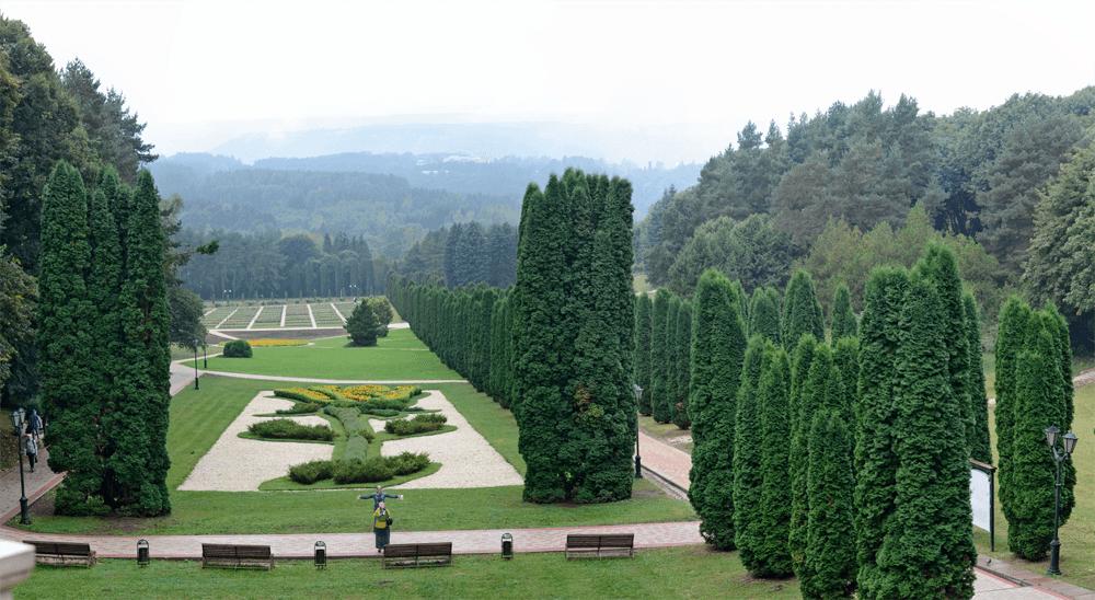 Кисловодск: устройте себе пешую прогулку по горному парку и по пути загляните в Долину роз, Замок коварства и любви и Нарзанную галерею на главном бульваре