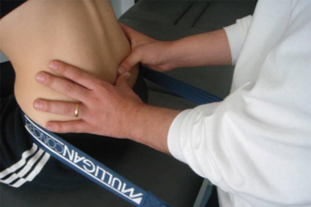 Стабилизация суставов при помощи ленты Маллигана — мануальная методика, прикоторой суставам или позвоночнику придается определенное положение припомощи жесткого ремня. Источник: KinesioPro