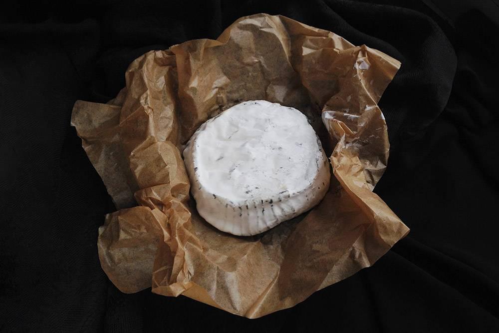 Валансе, приготовленный с использованием аптечного активированного угля, который проглядывает через белую плесень