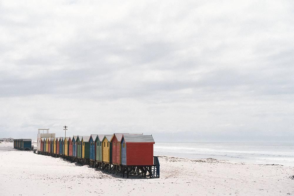 Пляж Муйзенберг в Кейптауне. Из-запандемии нас непустили кэтим старым серферским домикам, ясфотографировала их издалека. Местные серферские школы хранят вних оборудование